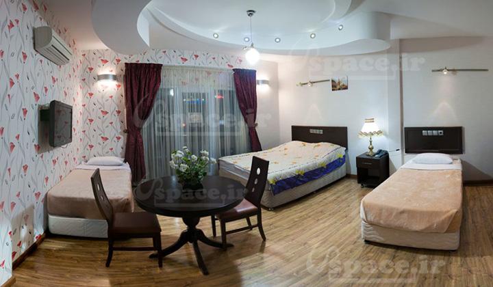 اتاق سه تخته VIP، دبل لاکچری شامل یک تخت دبل کوئین و دو تخت سینگل