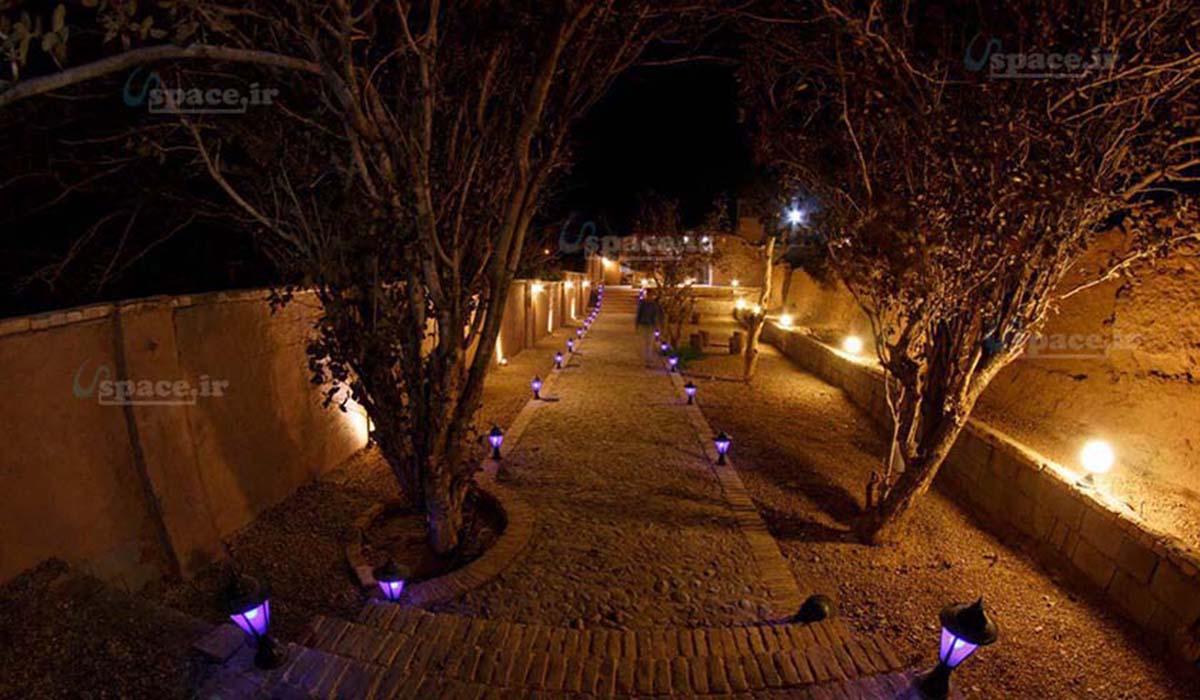 نمای زیبایی از حیاط اقامتگاه درنورپردازی شب