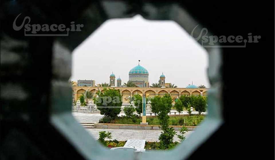 نمای زیبای استان حضرت حسین بن موسی الکاظم (ع) از داخل هتل آپارتمان امیر طبس