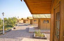 نمایی از کلبه های چوبی هتل نارنجستان